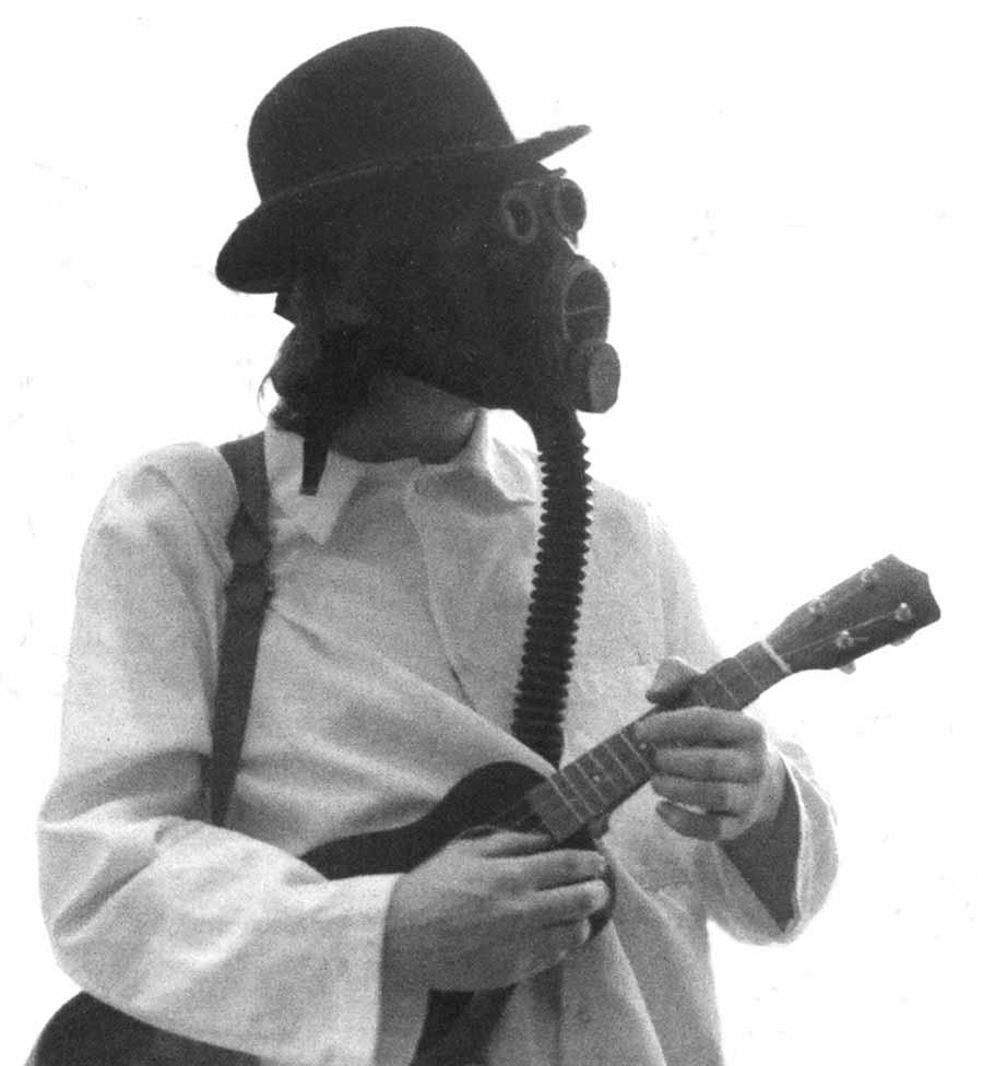Πώς να μην αγαπήσεις άνθρωπο που παίζει ukulele φορώντας αντιαφυξιογόνο μάσκα;