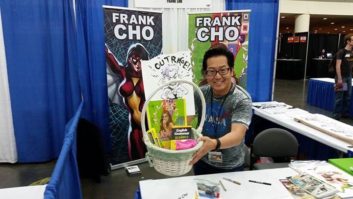 Κι εδώ βλέπουμε τον Frank Cho, να περιμένει τον φίλο του τον Robbie να του δώσει το gift basket που κέρδισε επάξια, στο NYCC