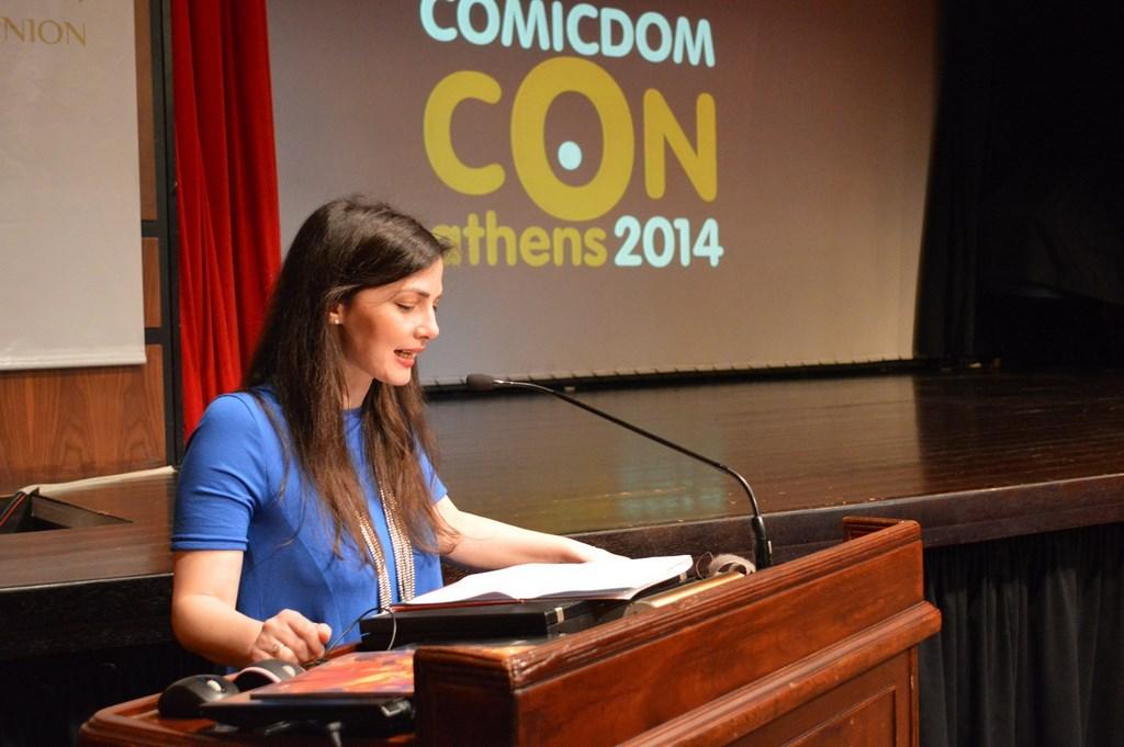 Οι δύο κυρίες από τη διοργάνωση, η Ήρα Παπαδοπούλου (Διεύθυνση Πολιτιστικών της Ελληνοαμερικανικής Ένωσης) και Λήδα Τσενέ (Καλλιτεχνική Διεύθυνση Comicdom Con Athens) καλωσορίζουν το κοινό στην 9η εκδήλωση)