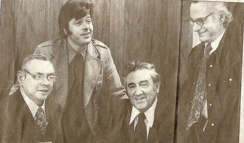 Ο Adams (όρθιος αριστερά) με τους (από αριστερά) Joe Shuster, Jerry Siegel και Jerry Robinson.